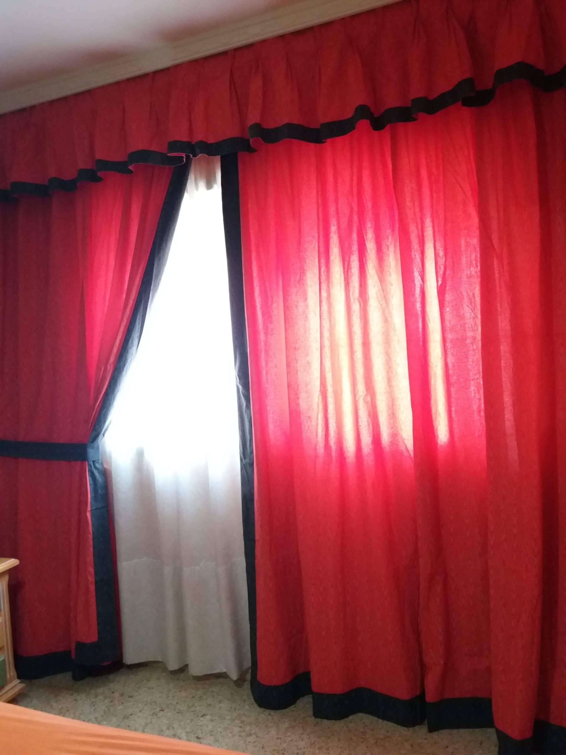 Cortina roja con ribetes negros