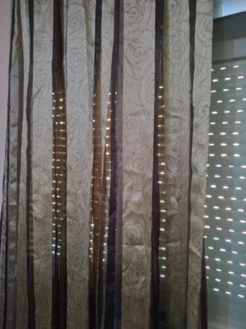Cortina tela transparente chocolate/oro riel.